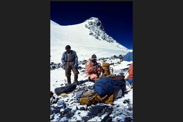 Хансруди фон Гунтен на южной седловине Эвереста: подготовка к восхождению.