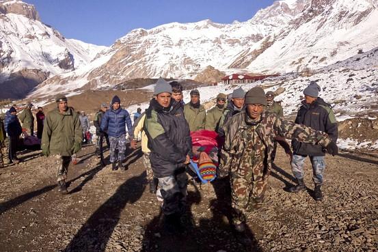 Перевозка тел погибших туристов в горах Непала