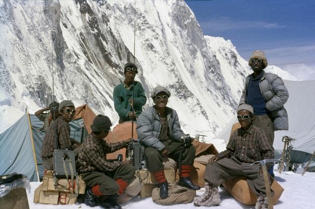 Шерпы в лагере номер 3 на горе Эверест на высоте 6 400 метров. На солцне может быть жарко, но в тени невероятно холодно.