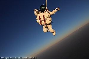 Топ-менеждер Google совершил рекордный прыжок с парашютом