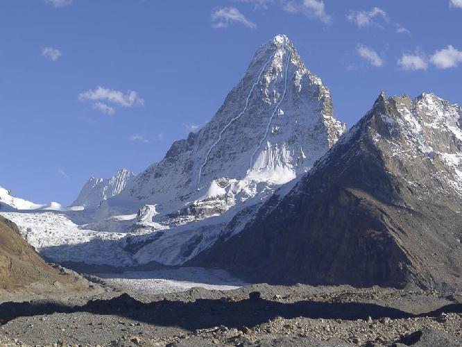 Вид на Северную стену Хагшу Пик (Hagshu Peak, 6515 м, Восточный Киштвар, Индия). Маршруты 2014 года. справа - маршрут словенской команды. с лева - маршрут британцев