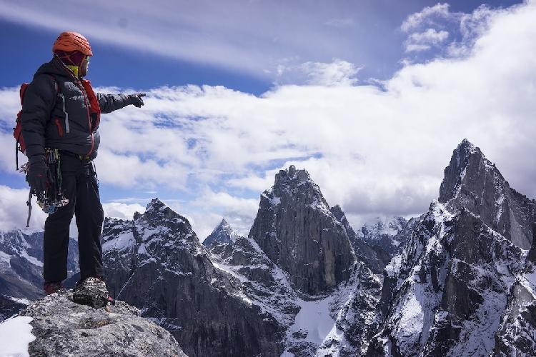 Вид с вершины Пика 5184: Дайгу Восточная (Daugou East, 5462 м) слева; Дайгоу Западный (Daugou West) на заднем плане