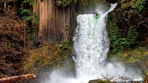 Канадская байдарочница Катрина ван Вийк сплавляется с 25-метрового водопада Токети на реке Северная Умпкуа в штате Орегон, США. (Фото: Чарли Мунзи)