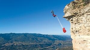 Парашютист прыгает со скалы в Западном Колорадо, США. (Фото: Кристл Райт)