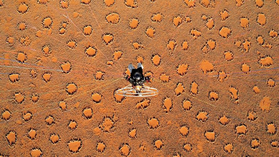 Тео Аллофс делает снимки с параплана замеченных им странных кругов в Намибии. (Фото: Тео Аллофс)