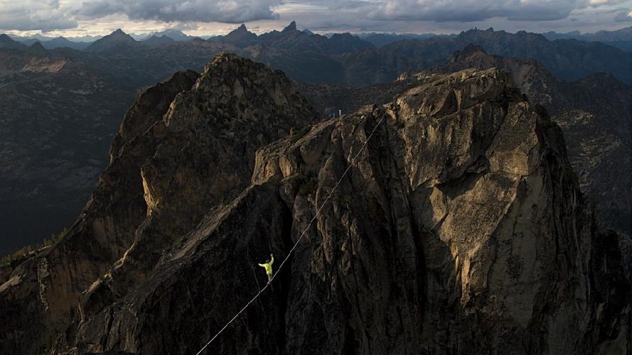 Канатоходец Бен Плоткин-Свинг балансирует на канате длиной 55 метров, натянутом между двух вершин в Вашингтонском ущелье в национальном парке «Северные каскады», США. (Фото: Кристл Райт)