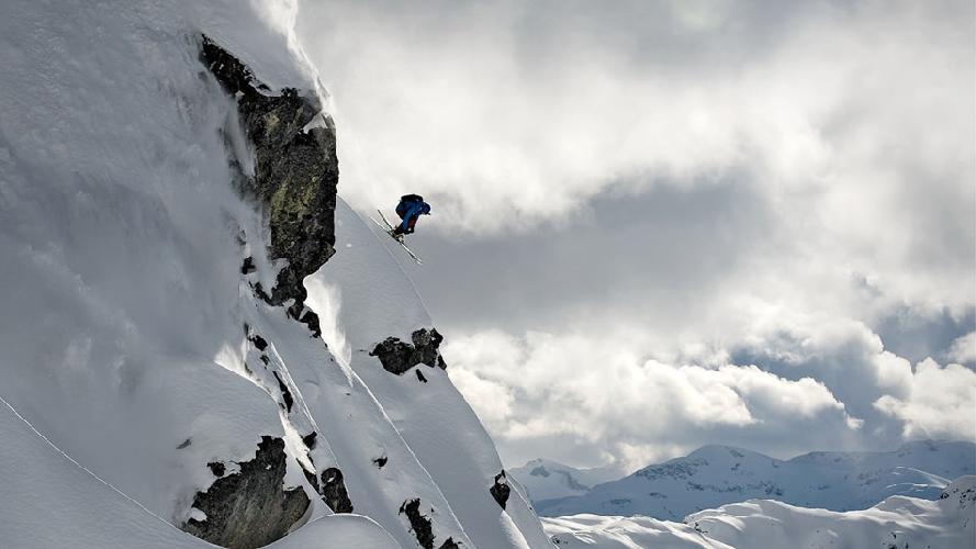 Лыжник Джеймс Хайм исследует гору Ипсут неподалеку от Уистлера, Британская Колумбия, Канада. (Фото: Блэйк Йоргерсон)