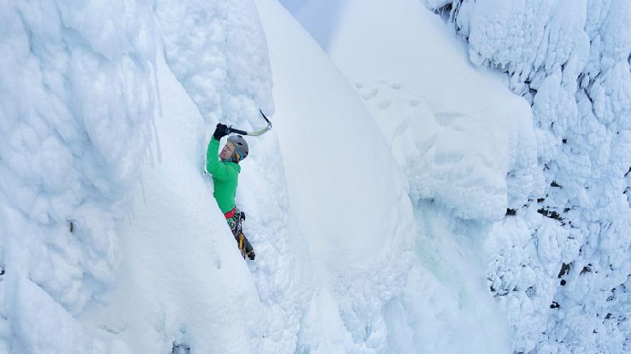 Альпинист Тим Эммент на финальной стадии восхождения на водопад Хельмскем в Британской Колумбии, Канада. (Фото: Виктор Скупински)