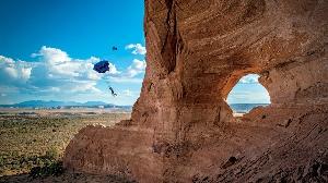 Бейсджампер Кевин Чирико прыгает с вершины горы Лукин Глас в штате Юта, США. (Фото: Скотт Роджерс)