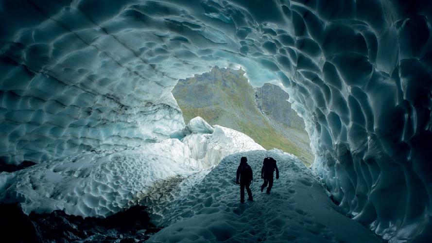 Клаус Тиманн в одном из туннелей во время съемок документального фильма о ледниках арктического пояса. (Фото: Клаус Тиманн)