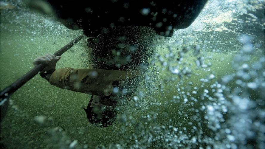 Фотограф Джон Ирвин сплавляется на байдарке по реке Сеймур в Британской Колумбии, Канада. (Фото: Джордан Мэнли)
