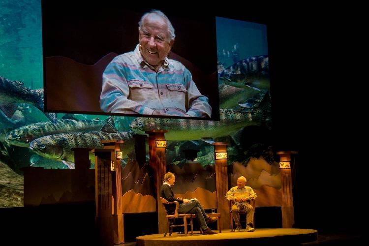 Эд Дуглас (жюри книжного конкурса) беседует с самим Ивоном Шуанаром. Большим альпинистом и великим бизнесменом..
