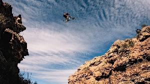 Брендан Фэйрклу перепрыгивает через десятиметровый каньон на чемпионате по маунтин-байку «Red Bull Rampage» в штате Юта, США. (Фото: Пэрис Гор)