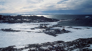 Commonwealth (переводится как «Общее благо») — это залив шириной почти в 50 километров между мысами Алден и Грей в Антарктиде. В книге рекордов «Гиннеса» (а также во многих других рейтингах) фигурирует как самое ветреное место на Земле. Порывы ветра иногда достигают 240 км/ч, а среднегодовое значение скорости ветра — 80 км/ч.