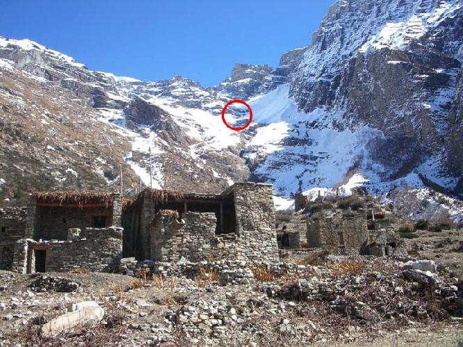 Кан Гуру (Kang Guru, 6981 м). Красным кругом обозначено место трагедии 2005 года