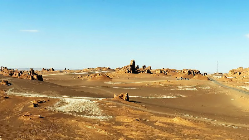 По поводу же самого жаркого места на земле существуют расхождения. Одни зовут таковым ливийскую Эль Азизию, другие — Долину Смерти в США. Однако, согласно данным НАСА, рекордная температура — +71 градус — была зафиксирована в пустыне Деште-Лут в Иране. Это, предположительно, самая высокая температура из всех, что когда либо регистрировали на нашей планете.
