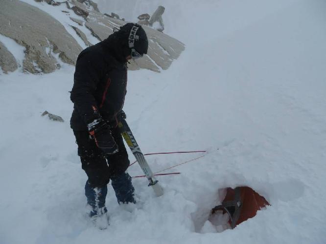 Палатка Базового лагеря засыпанная снегопадом