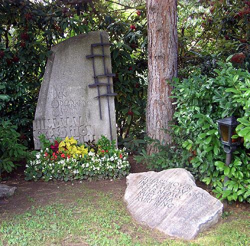 Могила погибших австрийских альпинистов в 1969 году на Дхаулагири IV. Установлена на Центральном кладбище в Вене