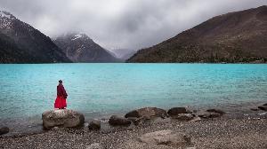 Средняя высота территории Тибета — 4000 метров над уровнем моря. Учитывая то, какой популярностью эти безусловно красивые места пользуются у туристов, надо понимать, что далеко не всем приходится по душе столько высокогорная местность.