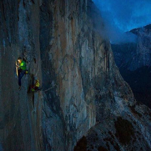 "Томми Колдвелл (Tommy Caldwell) и Кевин Йоргесон (Kevin Jorgeson) на маршруте ""Dawn Wall"" на Эль-Капитане. ноябрь 2014"