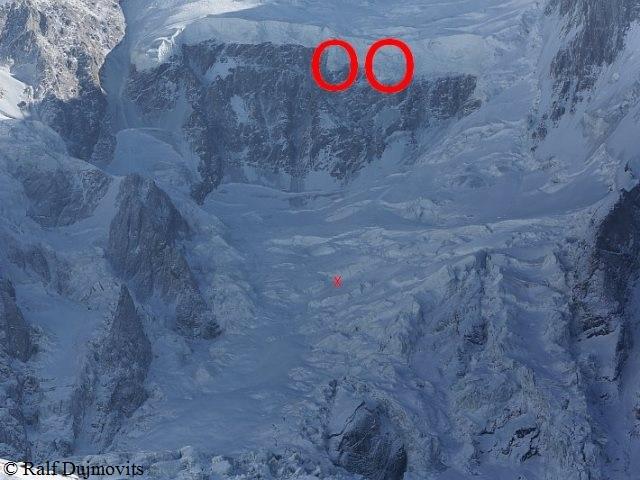 Две ледовые башни нависающие над будущим высотным лагерем на Нангапарбат