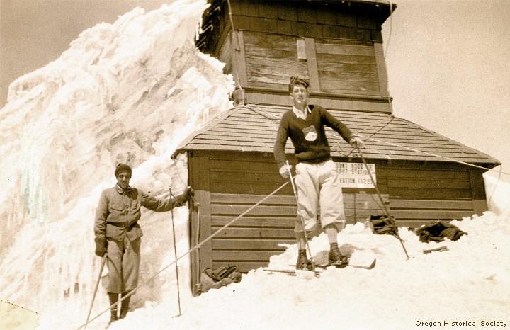 Hjalmar Hvam (справа) и Андре Рош (André Roch) на вершине горы Mount Hood (Орегон). 1931 год