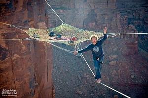 Экстремалы из Юты соорудили паутину на 120-метровой высоте и прыгнули вниз