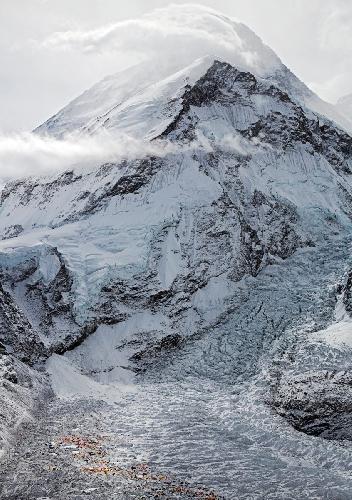 Капризный Эверест. Вид на Базовый лагерь перед рассветом. Фото Джонатана Гриффита