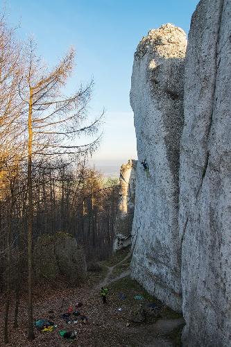 """Адам Ондра (Adam Ondra) на вершине своего сотого маршрута 9а - """"Made in Poland"""" на скалах Wielka Cima в Польше. 4 декабря 2014 года"""