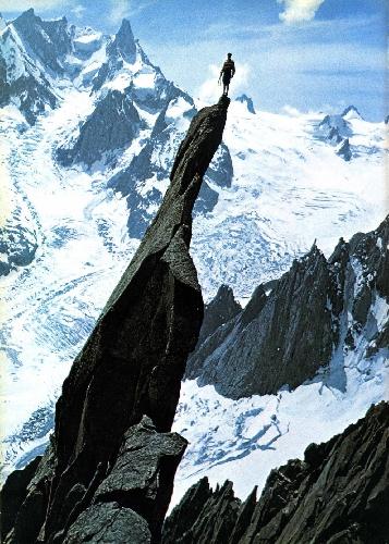 Гастон Ребуффа (Gaston Rébuffat) на вершине пика Aiguille de Roc (в массиве Монблан), после того как он поднялся по жандарму на Юго-Восточном фланге пика