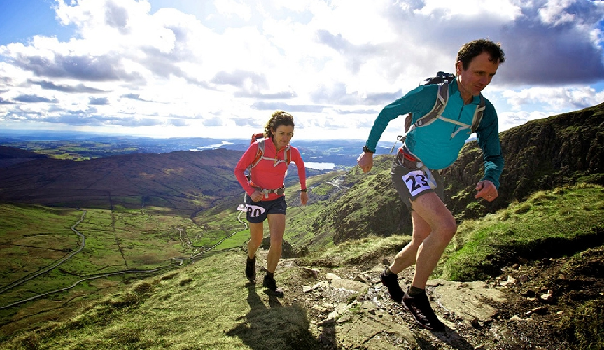 В течение 5 дней в рамках «Забега по спине дракона» участники должны преодолеть почти 300 километров по дикой местности Уэльса от одного замка до другого. На пути есть несколько контрольных точек, но как до них добраться, решают сами участники. Гонка, пересекающая Уэльс с севера на юг, впервые стартовала в 1992 году и продолжилась только после 20-летнего перерыва.