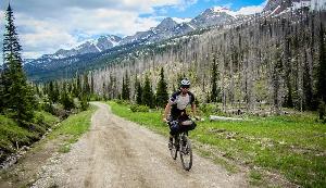 Из канадского годка Банф до американского Нью Мексико более 4 000 километров, и по ним пролегает маршрут «Тур Дивайд», в ходе которого велосипедисты ездят и по грязным дорогам, и по следам от джипов, испытывая на себе как перепады высот, так и экстремальную жару. Здесь нет никакого регистрационного или членского взноса, как и приза для победителя — чистая тренировка воли.