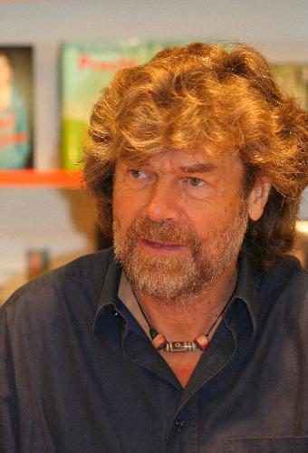 Альпинист и автор Райнхольд Месснер раздаёт автографы в Кёльне (Германия).
