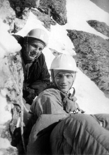 Мачей Попко (справа) и Збигнев Юрковшки во время зимнего восхождения по правой стороне Восточной стены хребта Mięguszowiecki в 1963 году. Третий участник восхождения- Януш Курчаб, автор этого фото