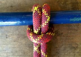Глухая петля, быстрый и простой в завязывании узел, используется для обвязывания веревки вокруг дерева, для связывания вместе ключей, для хранения шайб и других предметов, имеющих отверстие.