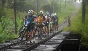 Из джунглей Коста Рики к горным вершинам и активным вулканам пролегает трасса «Путь Конкистадоров». Велосипедисты вынуждены побывать и по колено в грязи, и в песке (с ядовитыми лягушками), преодолевая путь почти в 250 километров.