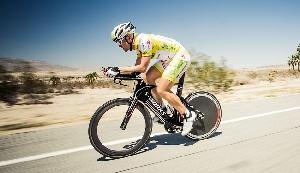 В рамках «Заезда через Америку» участники (команды и индивидуалы) стартуют в Оушенсайде, штат Калифорния, и заканчивают свой путь в Аннаполисе, штат Мэриленд, за 4 500 километров. Победители в день едут по 22 часа и проезжают в среднем 350 километров.