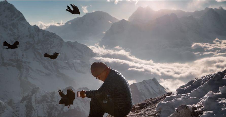Птицы кружат вокруг Лакпы Шерпы: гид и владелец туристической компании присел на склоне Эвереста выпить чаю и поразмышлять