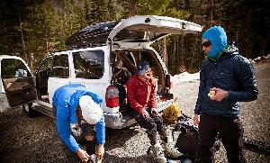 Если вы больше бываете в горах, ориентируйтесь на что-нибудь более легкое и дышащее. Принцип простой: чем толще средний слой, а также чем выше вы находитесь в нем, тем теплее он будет. Порой случается, что из-за толщины одежда из среднего слоя становится слабо дышащей, но в последнее время большинство компаний следят за этим хрупким балансом.