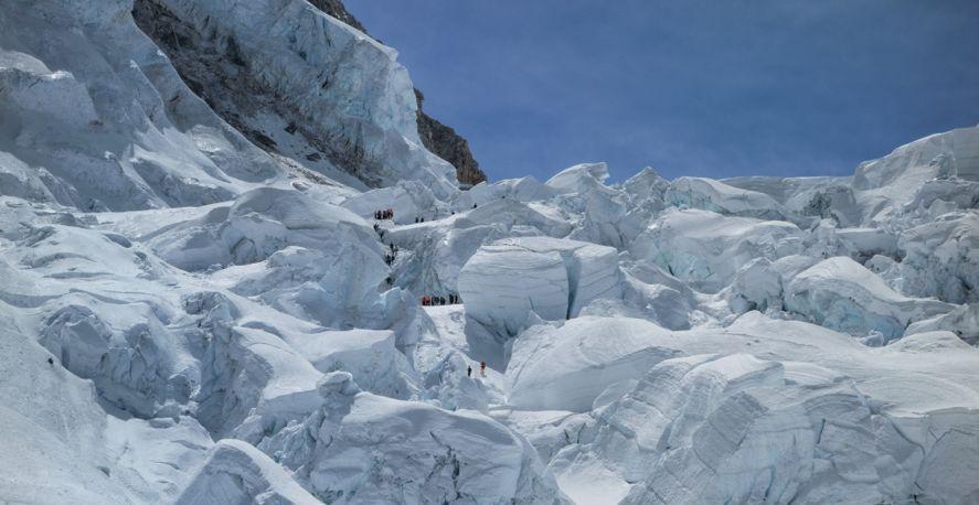 18 апреля 2014 года, ледопад Кхумбу, через три часа после схода лавины. Спасатели ищут выживших и погибших среди ледяных глыб размером с дом. 11 из 16 жертв встретили смерть на одном участке горы (в левом верхнем углу снимка), где сейчас работают скалолаз