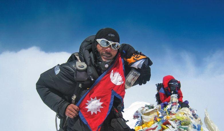 Анкаджи Шерпа (с флагом Непала на вершине Эвереста в 2012 году. Этот 36-летний гид, наставник многих молодых шерпов, погиб под лавиной 18 апреля.