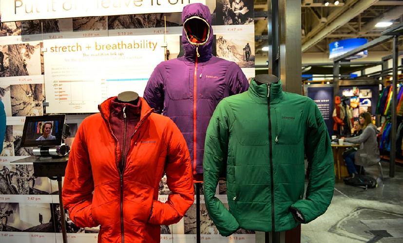 Самое универсальное решение - совместить не слишком изолирующую верхнюю одежду с довольно теплым средним слоем. Легкий верхний слой защитит от ветра и снега и одновременно не даст сопреть при перепадах температур.