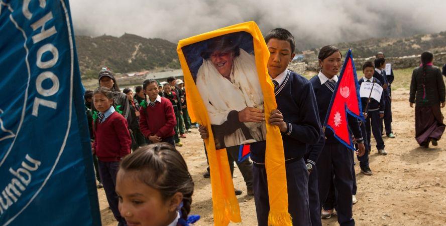 Студенты в Тхаме несут портрет сэра Эдмунда Хилари – основателя траста, построившего в шерпских деревнях более 25 школ.