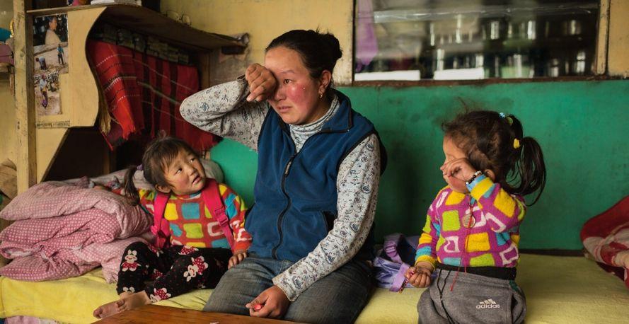 Нима Дома Шерпа из Пангбоче, вдова ДаРиты Шерпы. Он погиб в 2013 году, оставив двух маленьких дочерей.