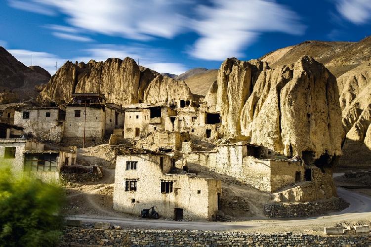 Каменные дома в деревне Ламаюру близ одноименного монастыря, Ладакх, Индия. Высота 3500 метров.  Автор: Алексей Заводский