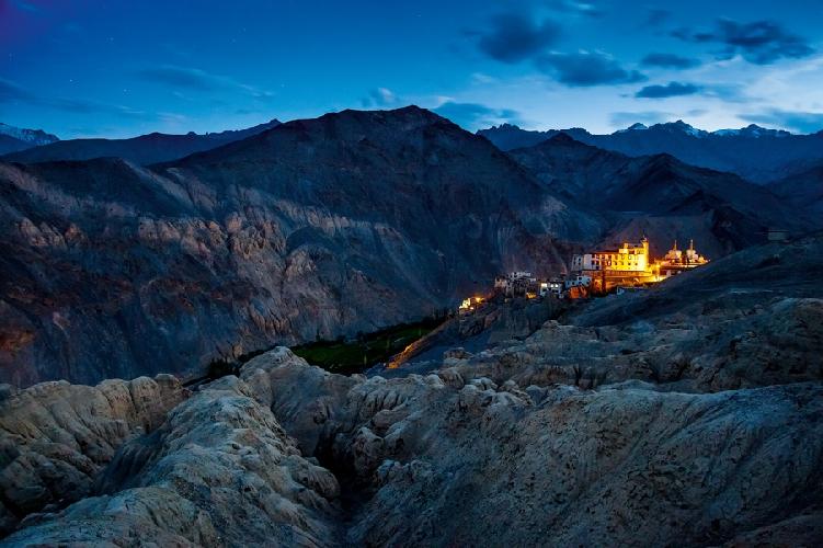 Ночной вид на монастырь Ламаюру, Индия. Историческую область Ладакх, где расположено множество буддийских монастырей, часто называют Малым Тибетом.  Автор: Алексей Заводский