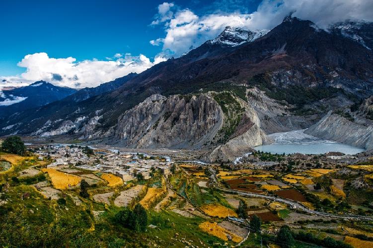 Деревня Мананг в Непале. Точка съемки – около 3600 метров. Небольшое озеро справа названо Гангапурна в честь вершины, у подножия которой оно расположено. Высота Гангапурны – 7455 метров.  Автор: Алексей Заводский