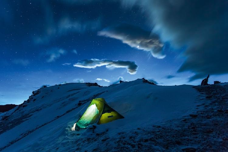 Моя палатка на перевале Месоканто, Непал, высота 5250 метров. Раннее утро, совсем недавно унялась буря, едва пробиваются первые лучи солнца.  Автор: Алексей Заводский