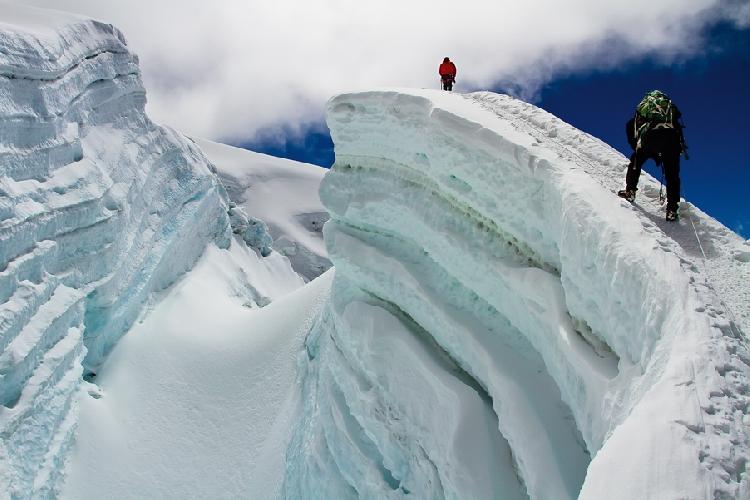 Расщелина ледника на высоте около 6000 метров. Альпинисты спускаются с Айленд-пика, Непал, и возвращаются в базовый лагерь.  Автор: Алексей Заводский