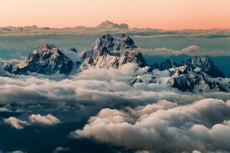Гора Ушба, Сванетия, 4700 метров. Снимок сделан на рассвете во время восхождения на Эльбрус. Высота точки съемки – около 5100 метров.  Автор: Алексей Заводский
